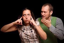 Come smettere di lamentarsi risulta importante per vivere bene con gli altri: nell'immagine un uomo si lamenta e una ragazza si tappa le orecchie