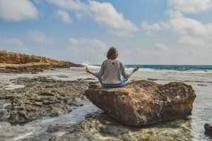 una persona fa meditazione e ne apprezza i benefici